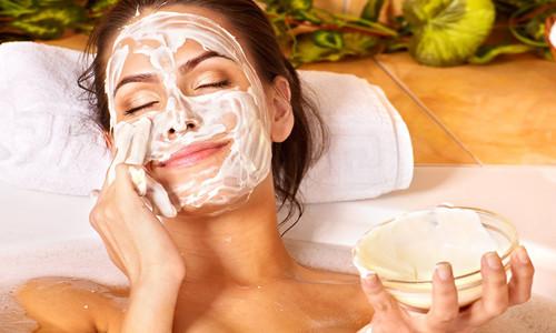 Нанесение очищающей маски для лица