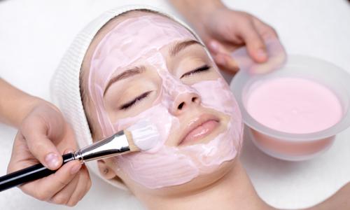 Нанесение маски из йогурта