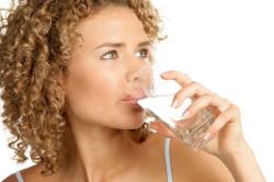 Чистая питьевая вода для восстановление водного баланса кожи