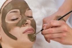 Нанесение маски с бодягой для лица