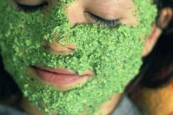 Нанесение крапивной маски на лицо