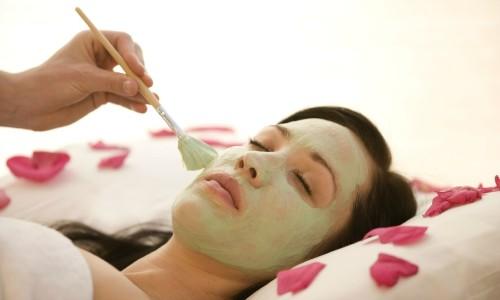 Нанесение маски с глицерином на лицо